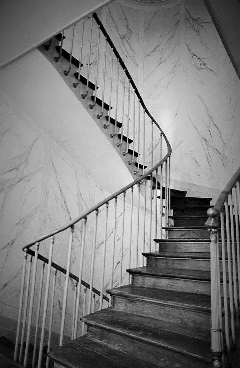D cor de marbre pour une cage d escalier songeons 60 atelier de decoration michel et mila for Cage escalier